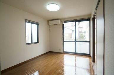 5.9帖の洋室①です♪エアコンが一基備え付きの為、購入コストを削減出来ます!