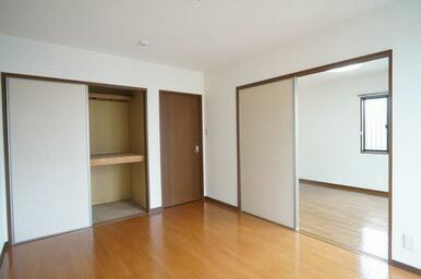 洋室②の収納は一間のサイズで奥行きがございます!衣装ケースや寝具を収納できます♪