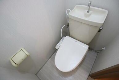 温水洗浄機能付きのトイレです♪