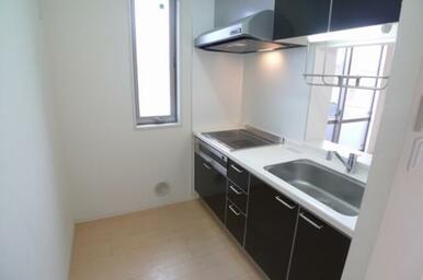 鏡面仕上げのブラックが印象的なキッチンは対面式となります☆