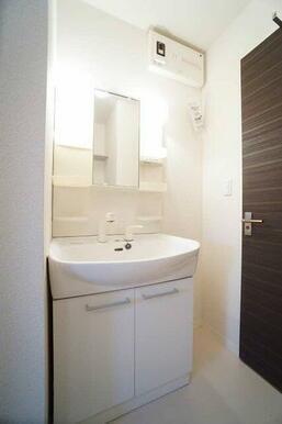 【洗面所】身支度に便利な独立洗面化粧台☆足を濡らさずに使えるので便利です♪