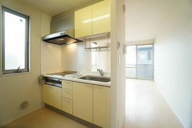 【キッチン】鏡面仕上げのキッチン扉はお掃除がしやすくてオススメです☆収納も充実しており、キッチンまわ