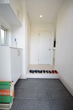 戸建てならではの広々としたゆったり玄関。来客者も気持ちよくお出迎え。