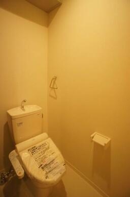 【トイレ】温水洗浄便座付きです☆ 上部にはペーパーストック可能な棚が御座います☆