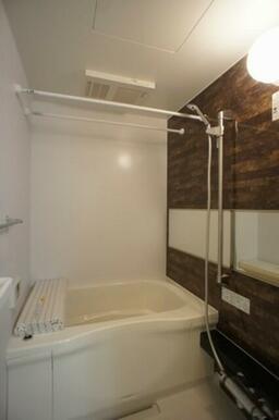 【浴室】アクセントパネルが高級感を演出♪ 『浴室乾燥機』&『追いだき機能』付きで、いつでもポカポカ♪