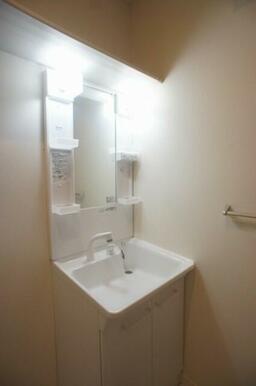 【脱衣所】朝の身支度に便利な『独立洗面台』付き♪ 上部にはタオル等を収納出来る棚が御座います♪
