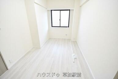 収納付きの洋室(5.5帖)です!床はフローリングになっているので、掃除も楽々です(*^-^*)