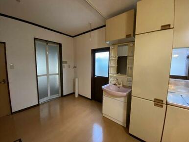 キッチンの横に洗面化粧台があります。