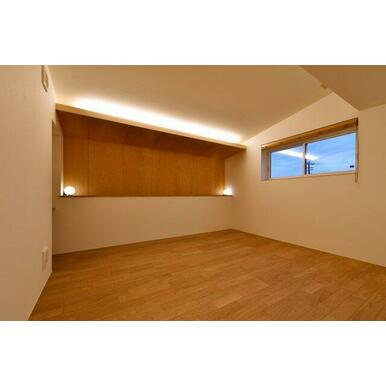 2階洋室。間接照明を採用して落ち着いた空間です。3帖のウォークインクローゼットがあります。