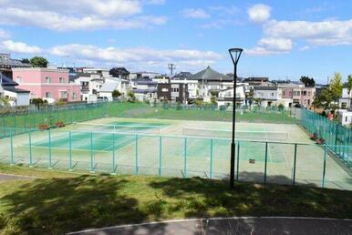北南公園にはテニスコートもあります!