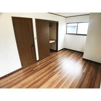 2階7帖洋室。フロアタイル上張りしております。