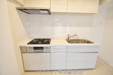 壁付キッチンなので集中してお料理が出来ますね!またキッチン横に冷蔵庫が置けるので、導線も良好です(…