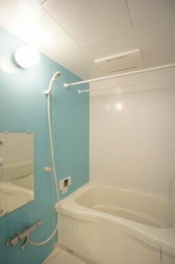 サーモスタットで温度調整も楽々♪雨の日も安心!浴室乾燥機付♪