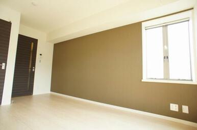床は高級感のあるフローリング仕様♪アクセントクロスでスタイリッシュなお部屋に仕上がっております♪