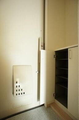 玄関には両開きの下駄箱があり、女性に喜ばれます♪