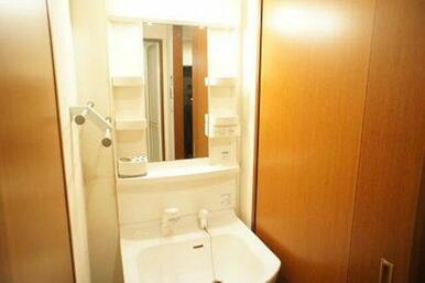 【洗髪洗面化粧台】鏡や化粧品などが置けるラック付きの洗髪洗面化粧台です☆