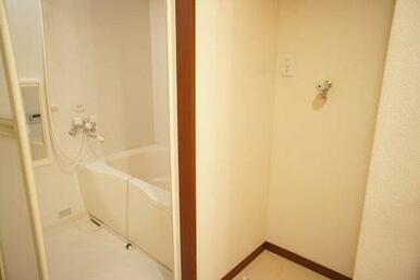 【脱衣所】室内に洗濯機置き場がございます☆