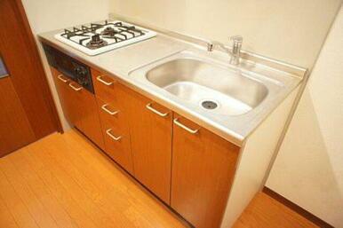 【キッチン】上下に棚のあるシステムキッチンです♪ 小物を置いたり掛けられるラック付きです☆