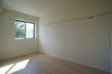 【洋室】床はフローリング仕様です☆ 右側の壁には化粧幕板がございます。