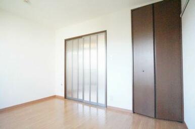 別の角度から見るお部屋の様子★★キッチンエリアと洋室の間に半透明なスライディング扉で仕切られておりま