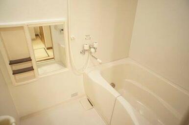 【浴室】シャンプー台や鏡の付いた浴室です☆一日の疲れをいやしてください☆