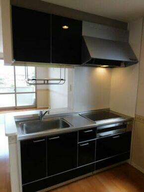 キッチンは人気のカウンタータイプ。家族とコミュニケーションをとりながら料理や後片付けができるので、キ