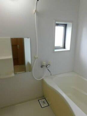 換気と採光を考慮した小窓付きの明るく、清潔感あるバスルーム♪