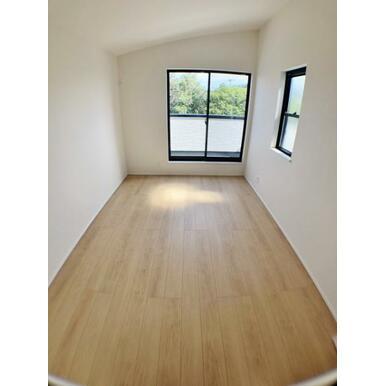 【洋室】 勾配天井により広々と開放的な洋室!