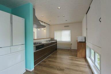 キッチンは広々としたカウンターのついた対面式、窓上部に食品庫付