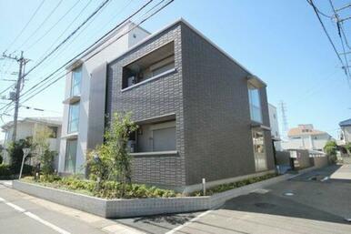重厚感のある外壁はホワイト×ブラックのシンプルモダンな仕上がり。