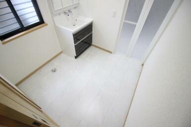 洗面、洗濯機置き場スペースにも窓が設置されており、明るく開放感ある空間となっています