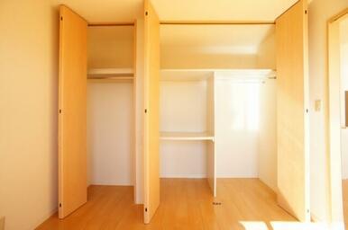 【収納(南洋室)】奥行き約1mございますのでかさ張りやすいお布団の収納や、またハンガーポールもござい