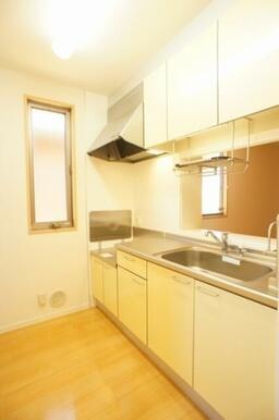 【キッチン】白を基調とした清潔感あるキッチンです☆上下に収納棚があるのでかさ張るフライパンなどもたく