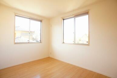 【北洋室】角部屋を活かした二面窓ですので、通気性や採光も優れております!