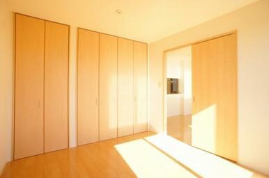 【南洋室】南向きの窓から陽の光が差し込みます!天井高を活かした大きなクローゼットもございます♪