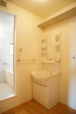 【洗面所】とても便利な洗髪洗面化粧台は今や必須アイテム!上部には収納棚があって、日用品の買いだめ等を