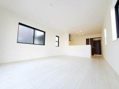 6号棟:リビング 白を基調とした爽やかな色彩なので家具やカーテンの色を選びやすくなっています。
