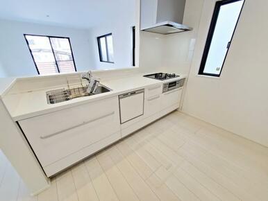6号棟:キッチン 家族とおしゃべりしながらお料理もできる対面式を採用。