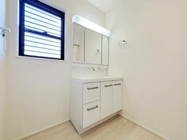 4号棟:洗面 背の高い物から低い物まで効率良く収納できるトレイアレンジ自在の洗面台。