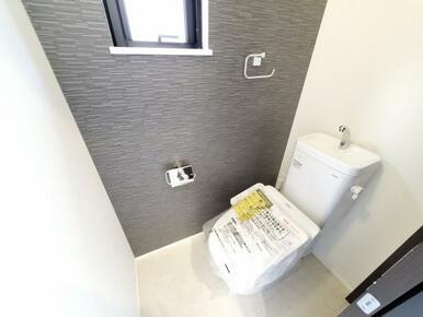 6号棟:トイレ 一面だけアクセントクロスを効かせて、こんなところもオシャレに。