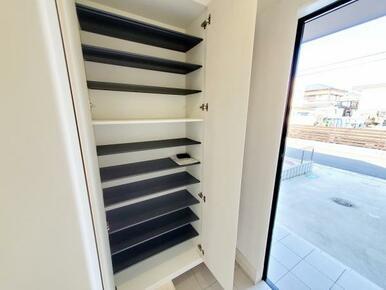 6号棟:玄関 大容量収納可能なシューズクローク標準装備。