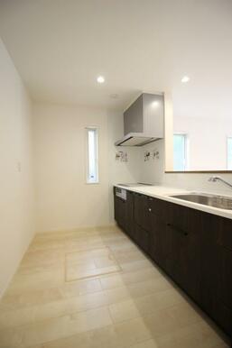 食器棚を置いても広々使えるキッチンスペース