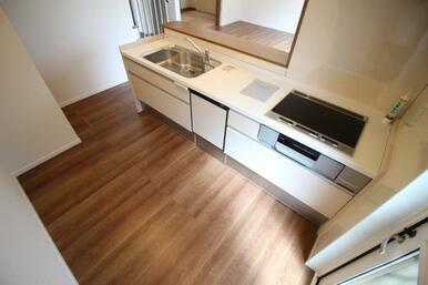 広々したキッチンスペース。食器棚を置いてもゆったり使えます