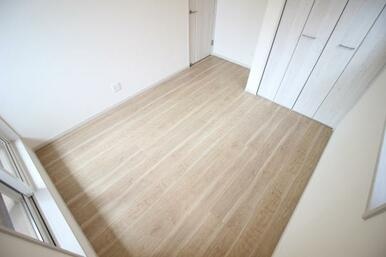 白をベースとした主寝室。白をベースとしているためより一層室内を明るく感じます