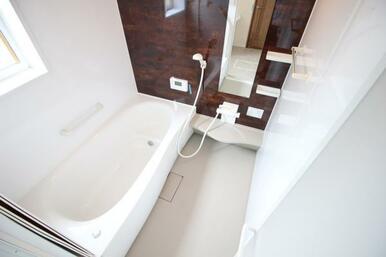 お子さんと入ってもゆったり浸かれるユニットバス。浴室乾燥暖房機付きなので温度調整も可能です!