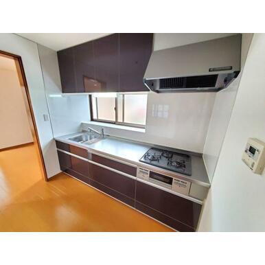キッチン 収納豊富な吊戸棚付のキッチン。浄水器付きです。