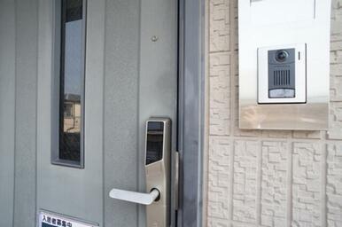 モニター付インターホン、デジタルロックシステム採用