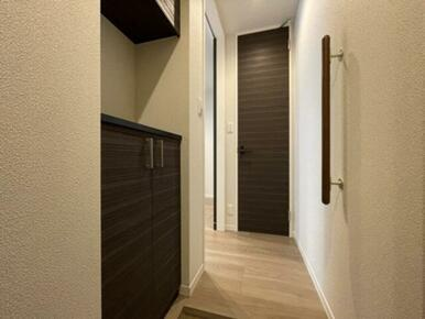 【玄関】上下セパレートタイプの収納が御座います☆ 中央の空間へ小物を置く事が出来ます♪