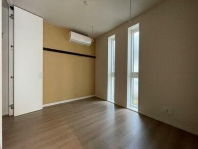 【洋室】4.4帖のお部屋です☆ 『室内物干し』が御座いますので、雨天時のお洗濯でも安心です♪
