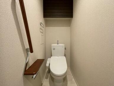 【トイレ】温水洗浄機能付便座です☆ 上部壁にはペーパーストック可能な棚が御座います☆